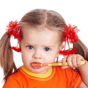 Коли починати чистити зуби дитині