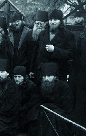 Монах Ферапонт в нижньому ряду праворуч
