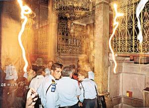 Блискавки при сходженні Благодатного вогню. Кадр відеозйомки НТВ у 2003 році