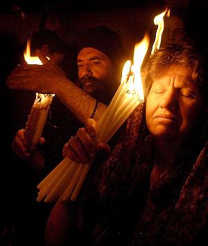 Люди вмиваються Благодатним вогнем