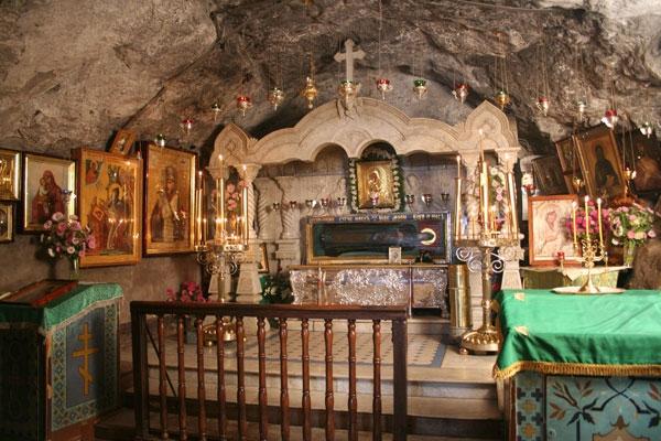 Рака з мощами преподобного Іова Почаївського в печерній церкві Іова Почаївського