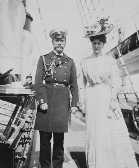 Імператриця Олександра Федорівна з чоловіком Імператором Миколою II