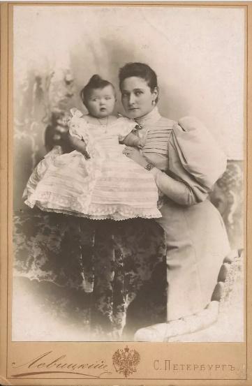 Імператриця Олександра Федорівна з дитиною